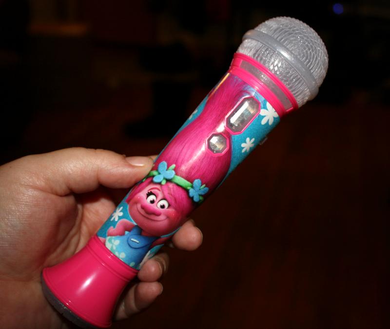 trolls-rock-n-troll-sing-along-microphone